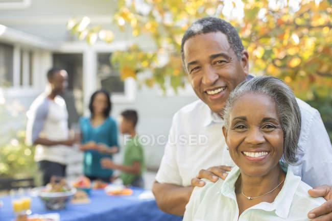 Портрет улыбающейся пожилой пары на барбекю — стоковое фото