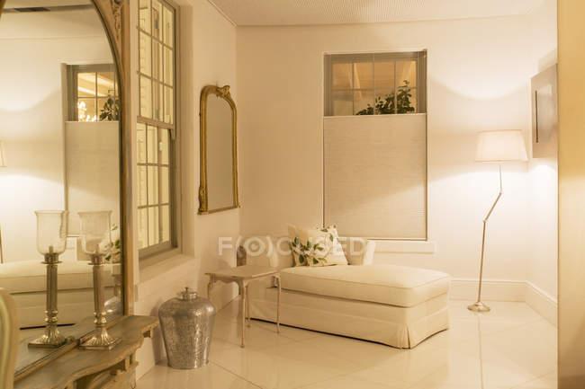 Espreguiçadeira na sala de estar de luxo à noite — Fotografia de Stock