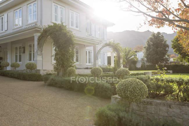 Декоративный сад и роскошный дом — стоковое фото