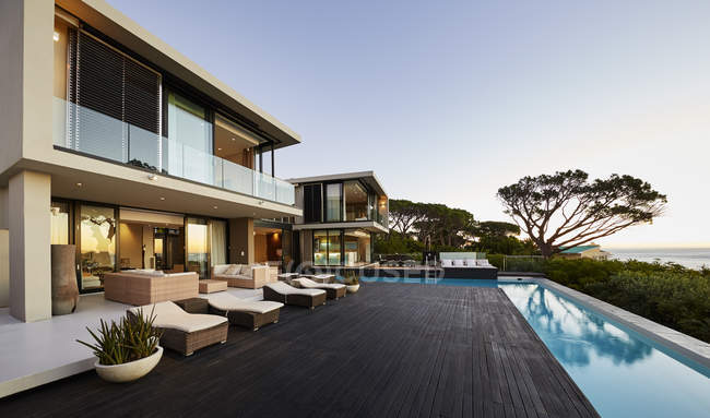 Modern luxury home showcase deck and swimming pool — Stock Photo
