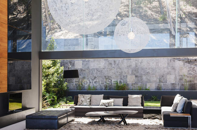 Conforto Sala de estar moderna dentro de casa durante o dia — Fotografia de Stock