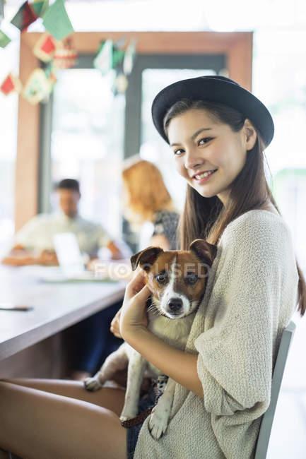 Persone che tengono il cane al tavolo delle conferenze in ufficio — Foto stock
