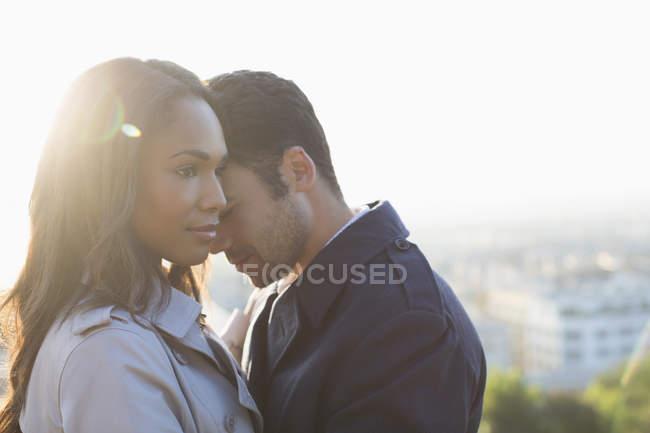 Молодая привлекательная пара обнимается на открытом воздухе — стоковое фото