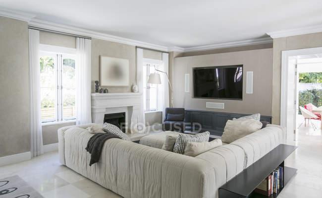 Home vetrina a soggiorno con divano componibile — Foto stock