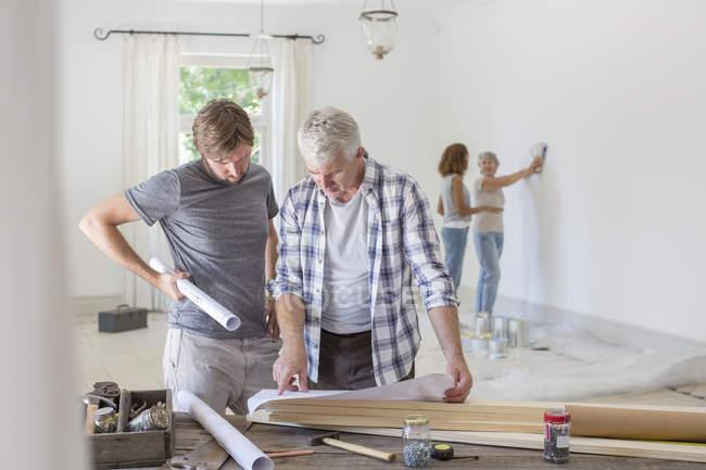 Семья, работающая в жилом пространстве вместе — стоковое фото