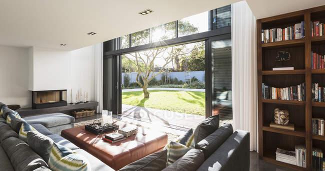 Солнечные дома витрина интерьер гостиной открыты для солнечный двор — стоковое фото