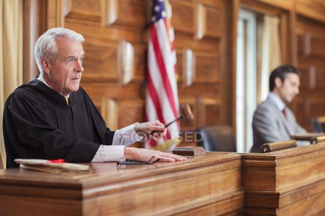Martillo golpeando de juez en la corte - foto de stock