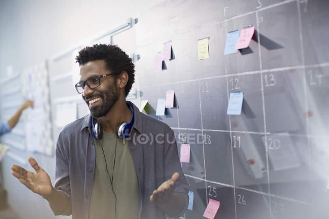 Счастливый, уверенно творческий предприниматель планирование, планирование на доске календарь — стоковое фото
