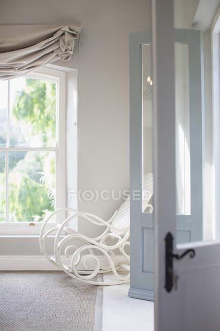 Античний качалкою в спальні кут — стокове фото