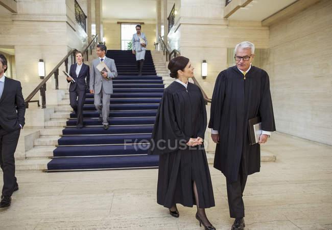 Судьи и адвокаты, прогуливаясь по Кортхаус — стоковое фото