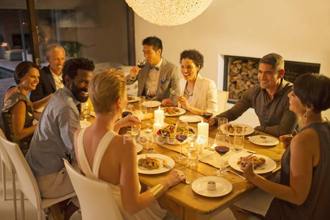 Друзья разговаривают за ужином — стоковое фото