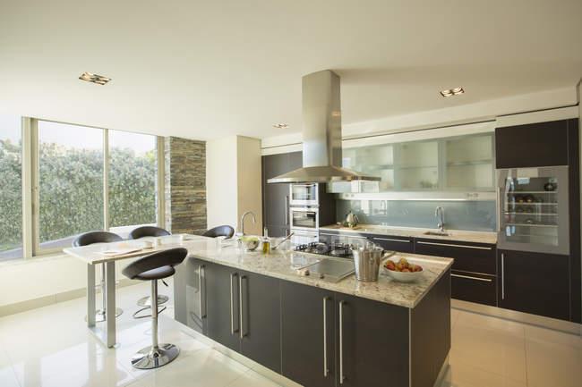 Ensolarado e moderna cozinha doméstica — Fotografia de Stock