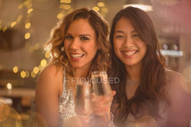 Портрет усміхнених жінок друзями тостів шампанське флейти — стокове фото