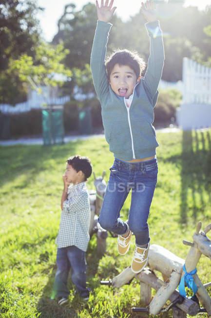 Junge, springen vor Freude im freien — Stockfoto