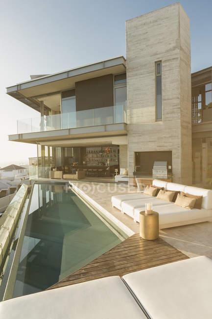 Sunny moderna casa de luxo vitrine exterior com piscina de colo — Fotografia de Stock