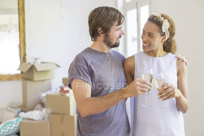 Pareja celebrando con bebidas - foto de stock