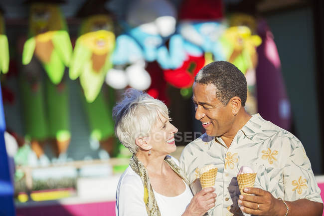 Seniorenpaar isst Eistüten im Freizeitpark — Stockfoto