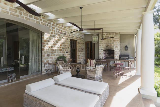 Pátio da casa moderna de luxo durante o dia — Fotografia de Stock