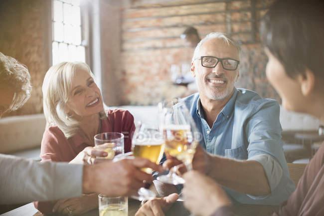 Пари тостів пиво і вино келихи на стіл ресторан — стокове фото