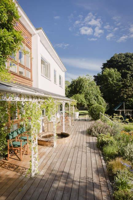 Витрина солнечного дома с патио и садом — стоковое фото