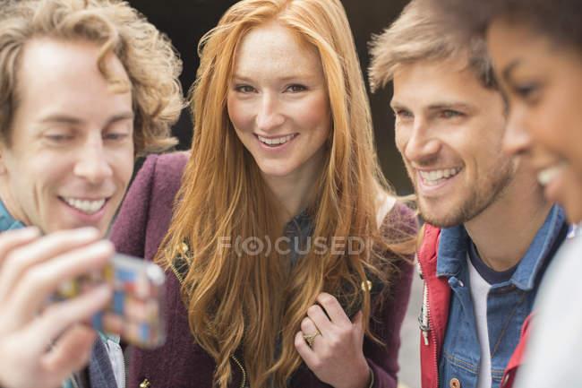 Amis prenant autoportrait avec téléphone de caméra à l'extérieur — Photo de stock