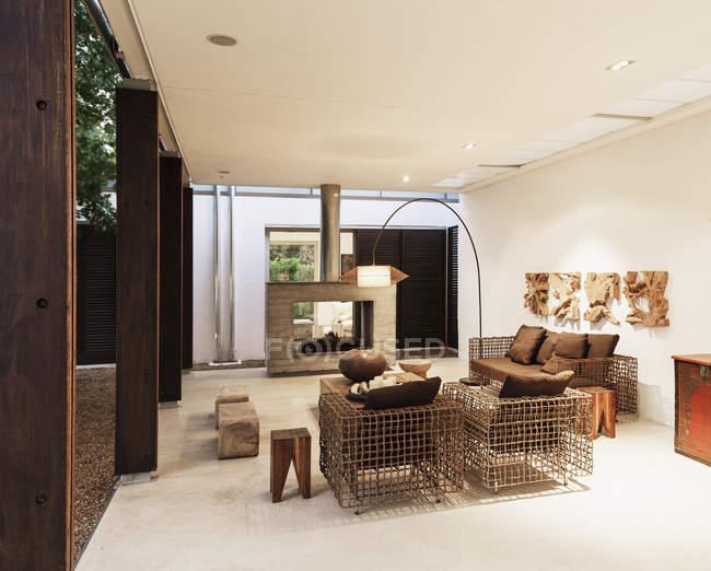 Poltronas e lareira na moderna sala de estar — Fotografia de Stock