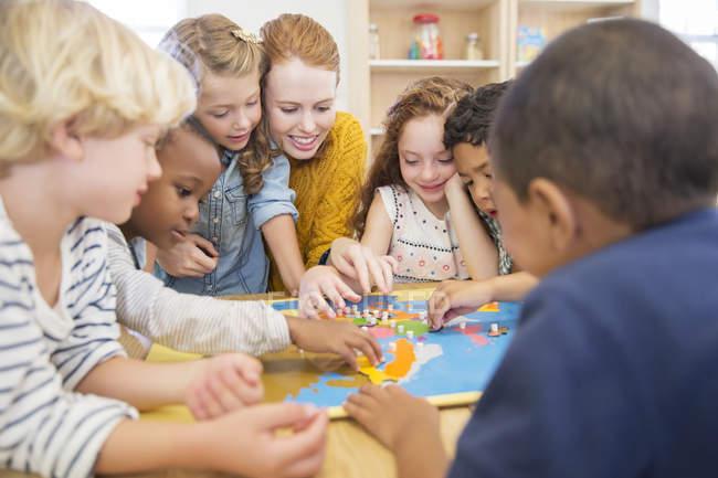 Jouant avec les élèves en salle de classe des enseignants — Photo de stock