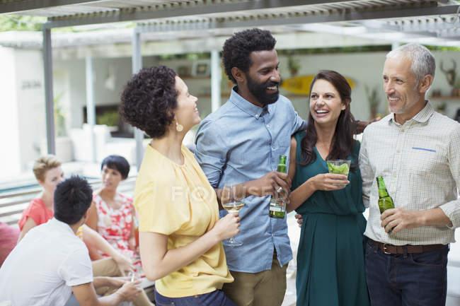 Amis parlant à la fête — Photo de stock