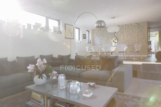 Modernes Wohnzimmer und Esszimmer — Stockfoto