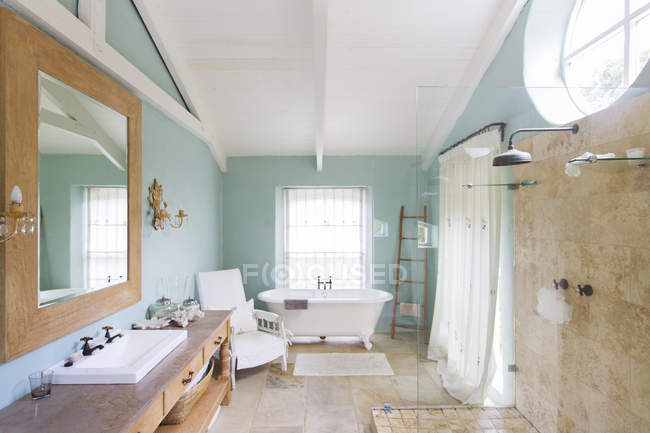 Bañera y ducha en cuarto de baño rústico — Fotografía, ducha ...
