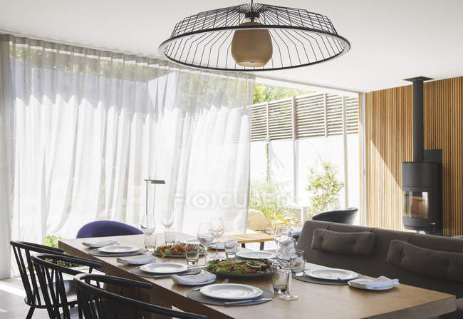 Chandelier over dining table in modern dining room — Stock Photo