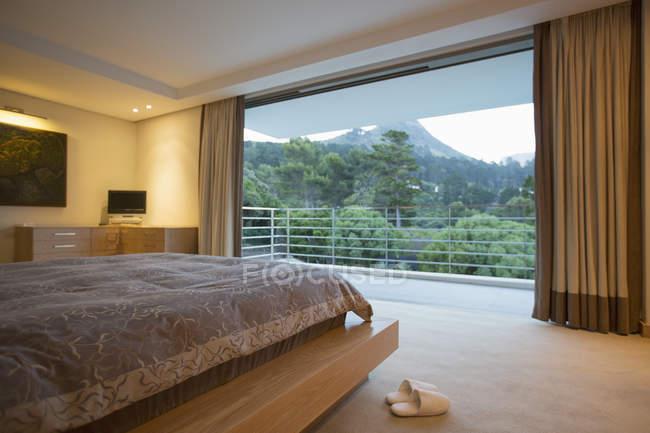 Luxury bedroom with mountain view — Stock Photo