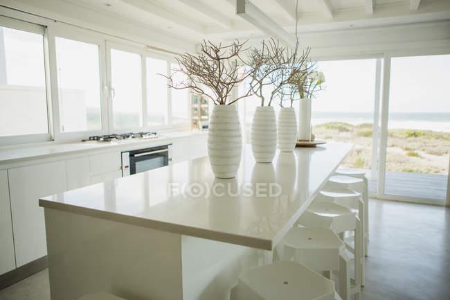 Vasi sul bancone in cucina con vista mare — Foto stock