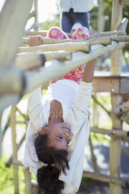 Дівчина сходження на рукоходом на майданчик — стокове фото