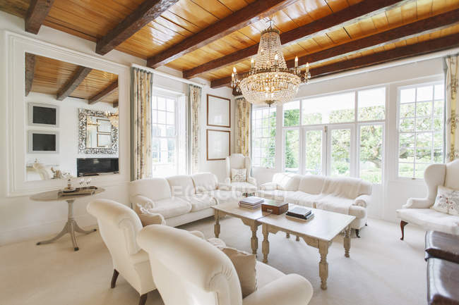 Lustre pendurado na sala de estar de luxo — Fotografia de Stock