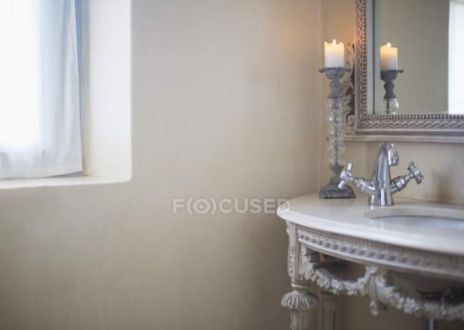 Vela queimando na casa de banho de luxo — Fotografia de Stock