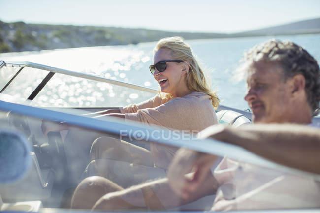 Coppia barca guida in acqua — Foto stock