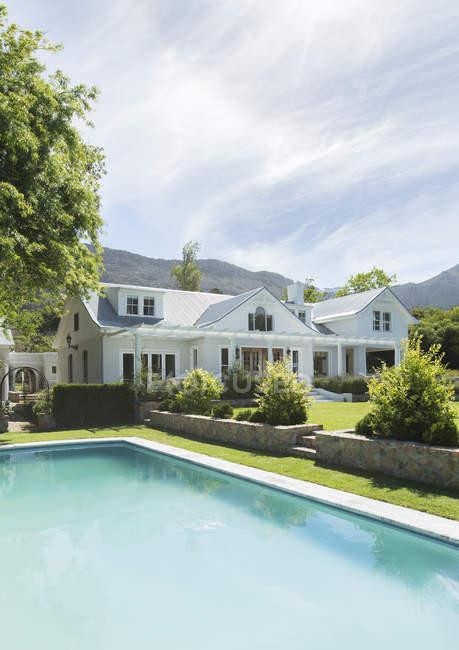 Casa de luxo e piscina — Fotografia de Stock