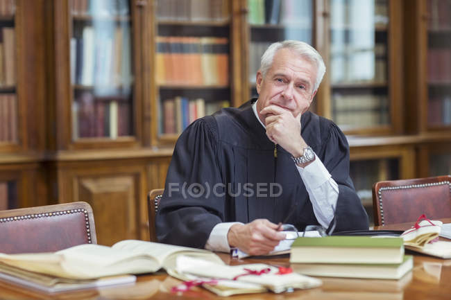 Судья, исследования в камерах — стоковое фото