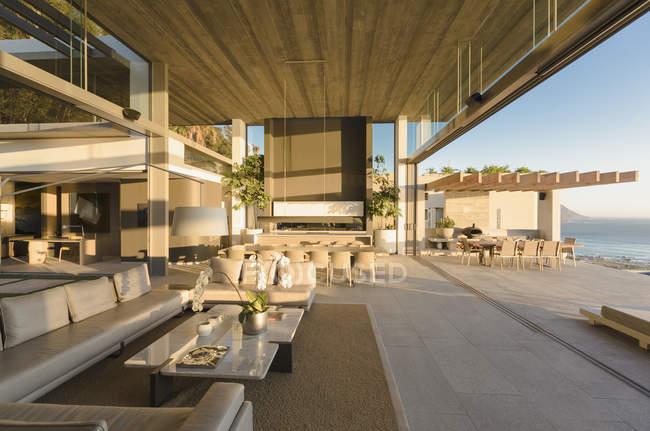 Современные, роскошные дома витрина интерьер гостиной открыты для патио — стоковое фото