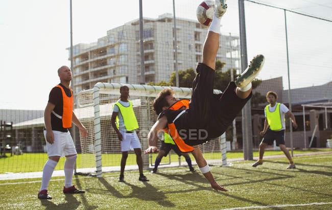 Fußballer tritt Ball um den Rücken — Stockfoto