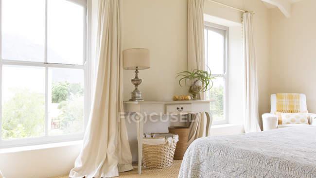 Tabla de cortina y tocador de dormitorio rústico - foto de stock