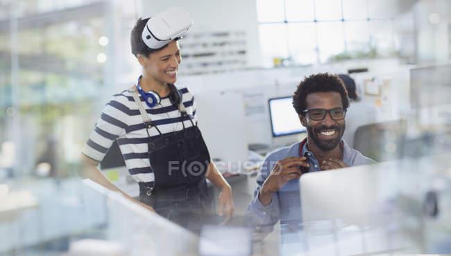 Programadores de computador, simulador de realidade virtual no escritório de programação a sorrir — Fotografia de Stock