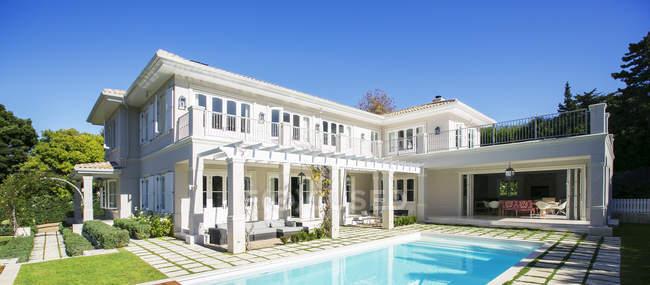 Piscina esterna casa di lusso — Foto stock