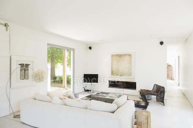 Белый, современная гостиная комната в помещении — стоковое фото