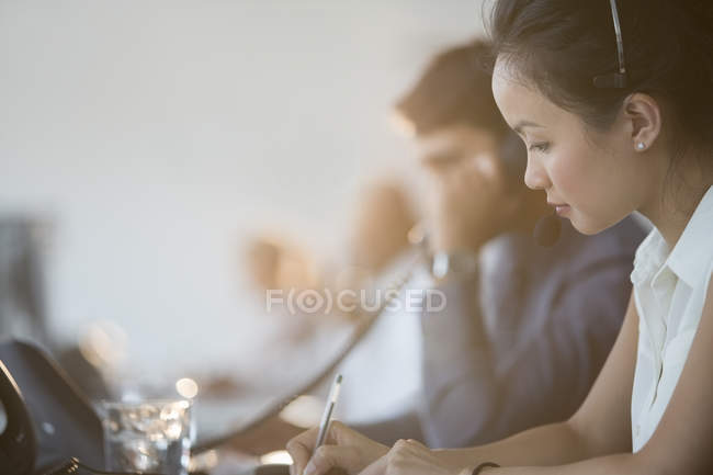 Бизнесмены, работающие в офисе — стоковое фото