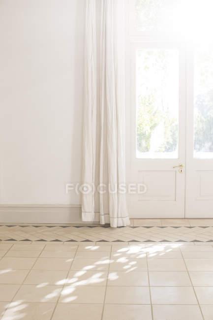 Luz solar radiante a través de puerta ventana en espacio - foto de stock