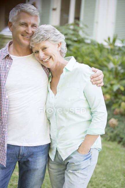 Пожилые пары обниматься на улице — стоковое фото