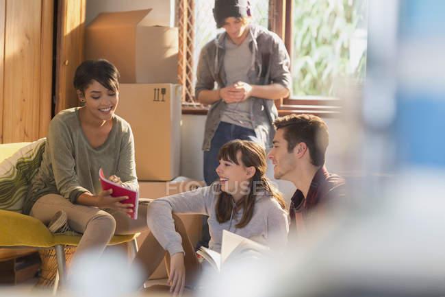 Coinquilini di studente college giovane amico lo spostamento nel nuovo appartamento — Foto stock