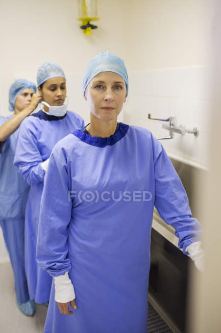 Female surgeons preparing for surgery in hospital — Stock Photo